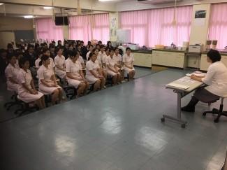 日髙先生の講話に真剣な表情の生徒たち