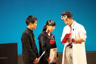 演劇を行った生徒たち