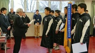 高校入学して初めての表彰式に緊張しています