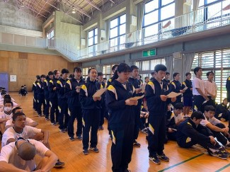 校外宿泊研修…校歌と学園歌を練習しました。
