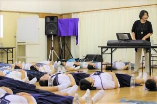 仰向けになって腹式呼吸の練習をしています