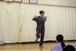 卒業生が講話とダンスの披露をしました