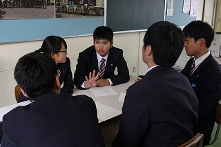 発表の内容を話し合う生徒たち