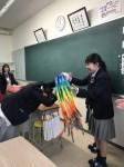 千羽鶴を受け取る3年生