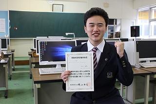 合格証書を手に,喜びの笑顔の本田君