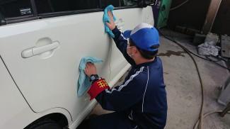ガソリンスタンドにて洗車拭き上げ作業
