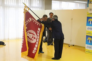 毎日新聞社様から,秋武校長に選抜旗が授与されました