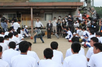 校長先生から選手たちに交流試合出場の発表がありました