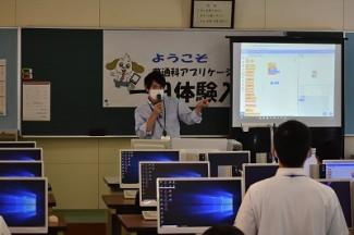 プログラミングの説明をする羽生先生